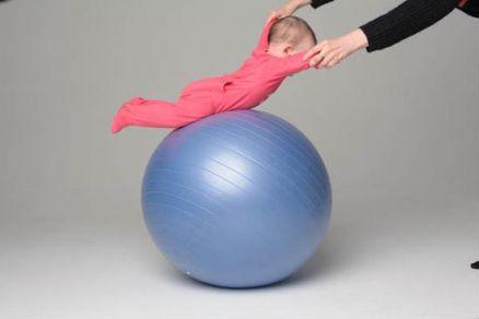 Упражнение на фитболе на животе