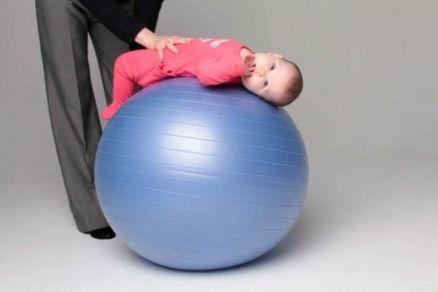 Упражнение на фитболе на спине