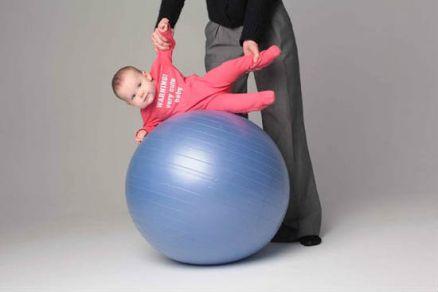 Гимнастика с ребенком на фитболе