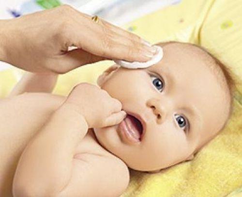 Протирание глаз у ребенка