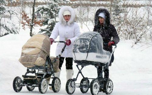 Мамы гуляют с колясками зимой
