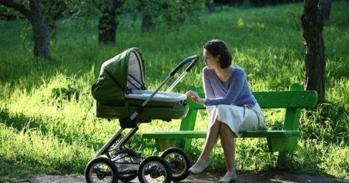 Мама гуляет с новорожденным