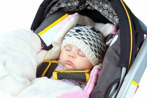 Ребенок на прогулке зимой