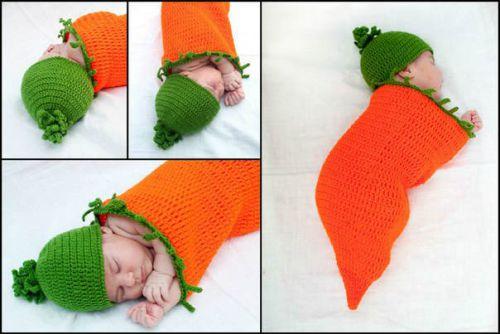 Вязаный кокон и шапочка в виде морковки