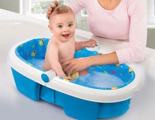 Мама купает ребенка в ванночке