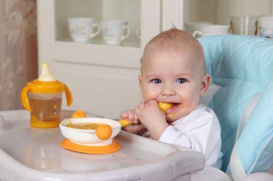 Младенец за обеденным столом