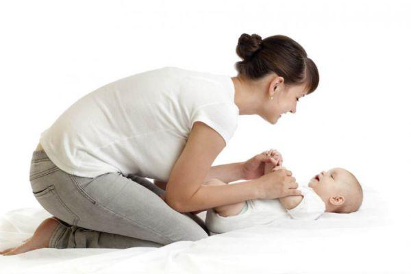 Мама делает массаж ребенку