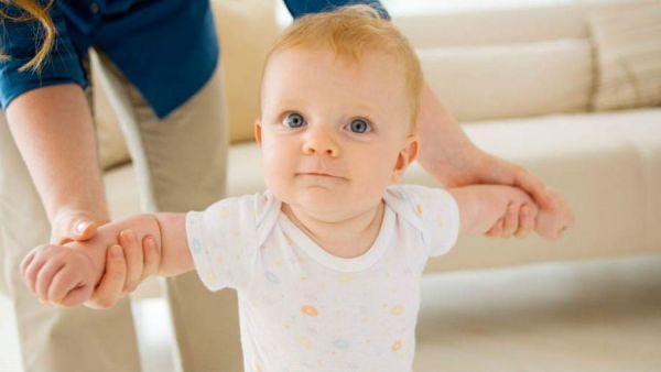 Младенец учится ходить
