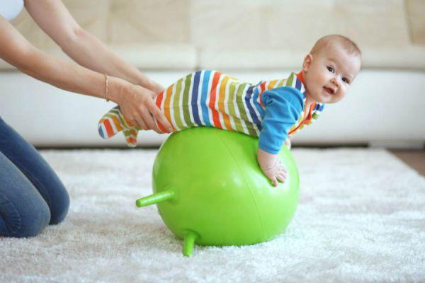 Упражнение для младенца с мячом