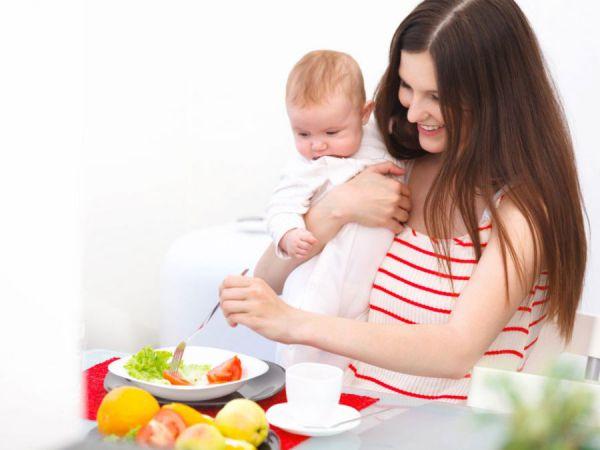 Мама с младенцем за обеденным столом