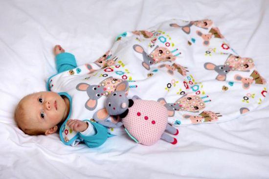 Новорожденный в спальном мешке