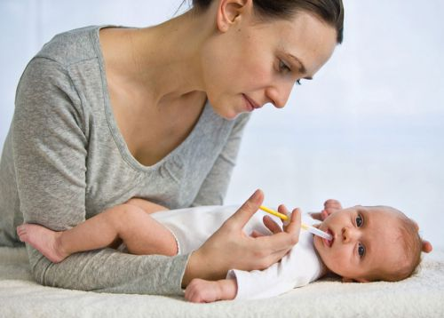 Мама дает младенцу витамины