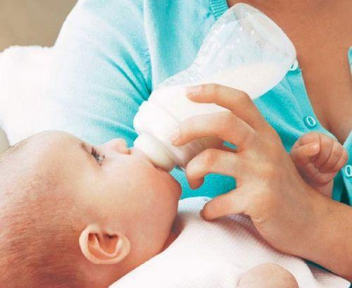 Кормление ребенка с бутылочки