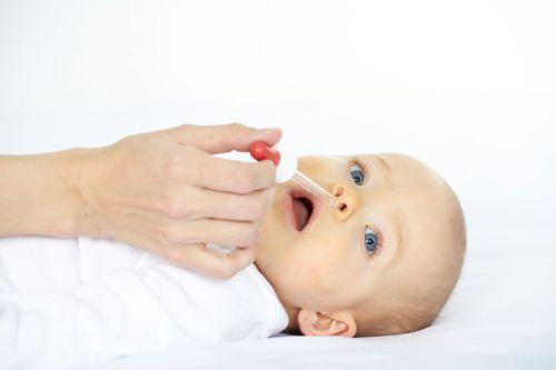 Закапывание носа новорожденному