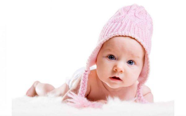 Младенец в чепчике