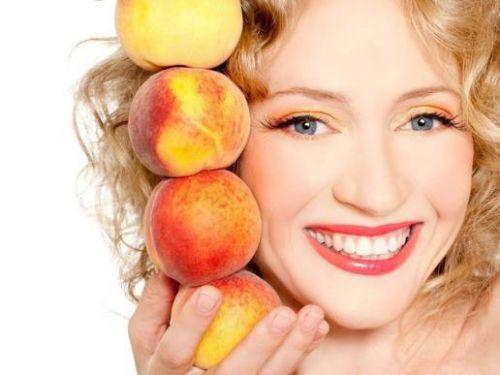 Женщина и персики