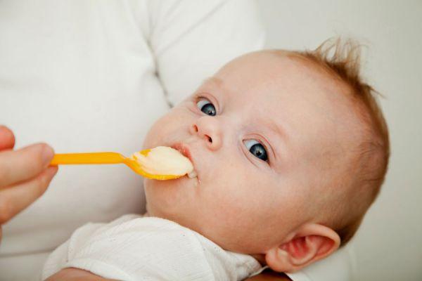 Первый прикорм ребенка на грудном вскармливании