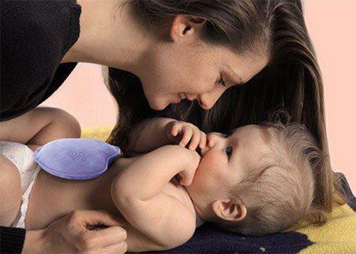 Грелка на животике младенца