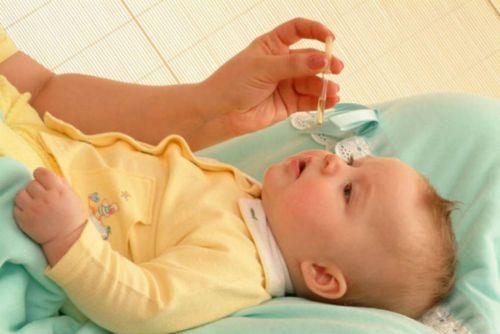 Закапывание раствора в нос младенцу
