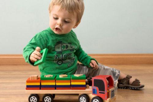 Ребенок играет с игрушкой