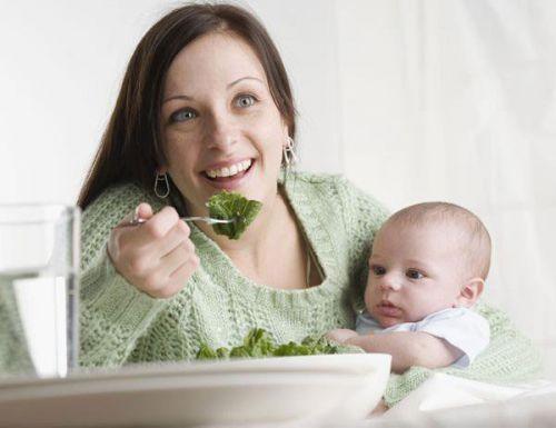 Женщина с ребенком ест салат