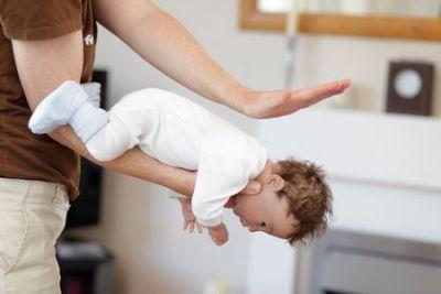 Помощь младенцу при сторонних предметах в дыхательных путях
