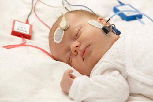 Проверка слуха младенца