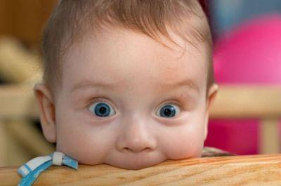 Ребенок смотрит большими глазами