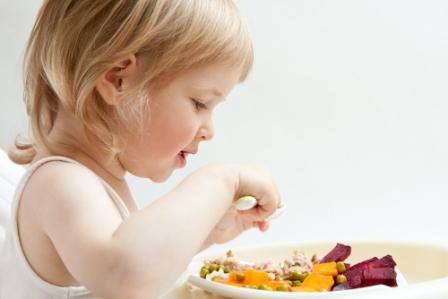 Девочка ест салат со свеклой