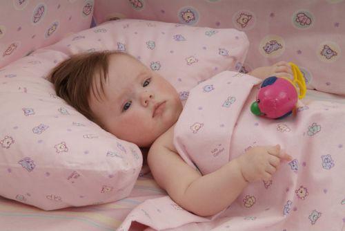 больной ребенок лежит в постели
