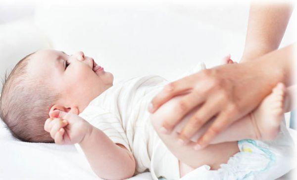 Надевание подгузника младенцу