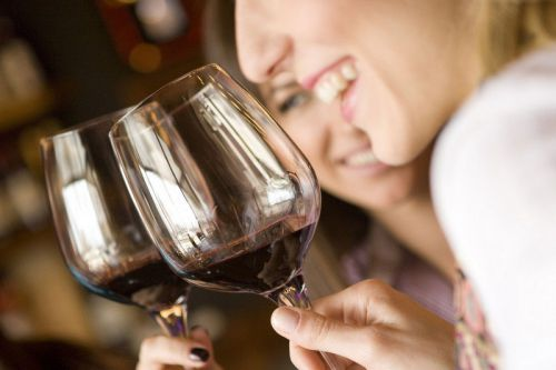Девушки с бокалами вина