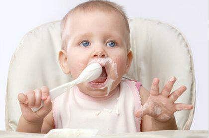 Ребенок учится есть ложкой