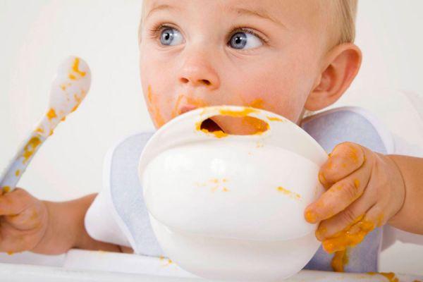 Ребенок ест овощное пюре