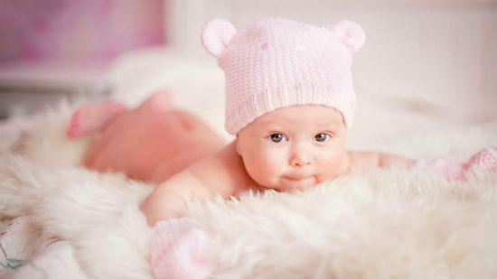 Когда начинать новорожденного выкладывать на живот