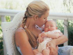 Новорожденный ребенок на руках у мамы
