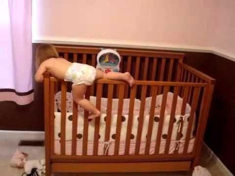 Ребенок перелезает через бортики кровати