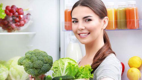 Женщина покупает капусту