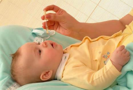 Мама дает лекарство малышу