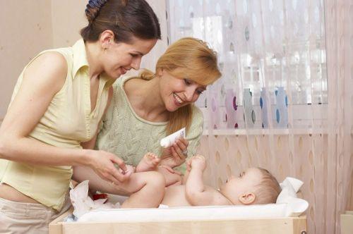 Женщины около кроватки с ребенком