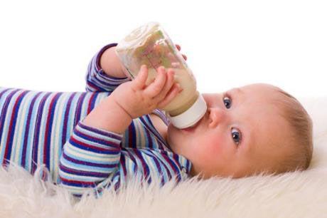 Ребенок ест из бутылочки