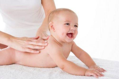 Массирование младенца
