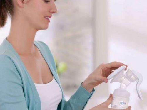 Кормящая мама с молокоотсосом