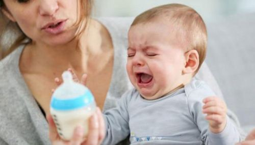 Плачущему ребенку дают бутылочку