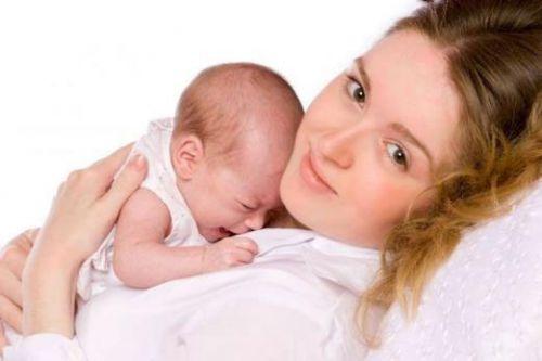 Мама держит ребенка