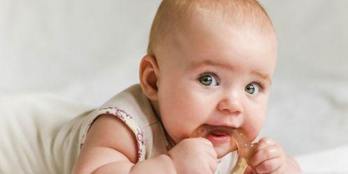 У младенца режутся зубы