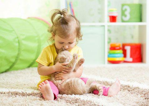 Ребенок с игрушкой