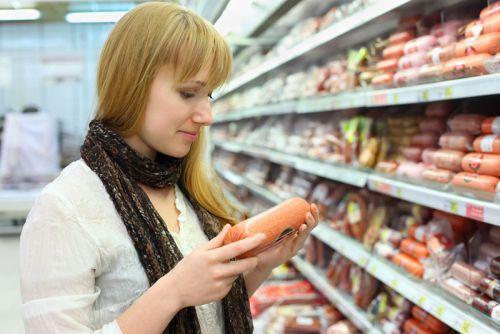 Выбор колбасы в магазине