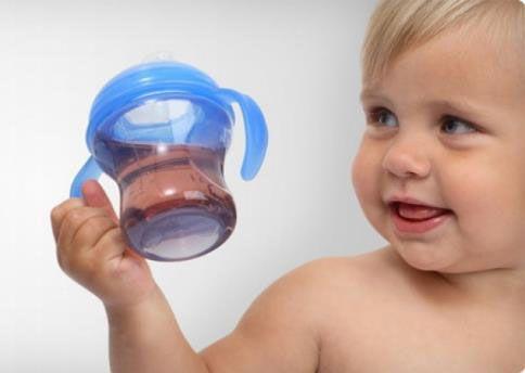 Ребенок держит бутылочку с напитком
