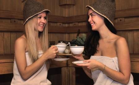 Девушки пьют чай в бане